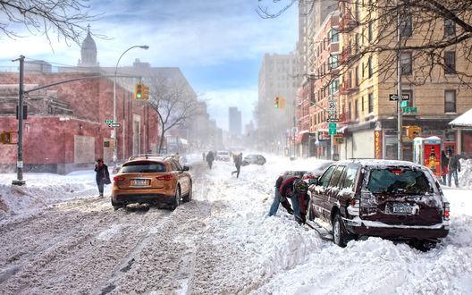 Обои После сильного ночного снегопада все дороги в городе замело, автовладельцы вынужденны откапывать свои машины из под снега