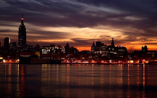 Обои Огни Нью-Йорка отражаются в воде