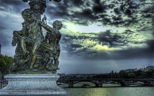 Обои Скульптурная группа с ангелами на берегу реки