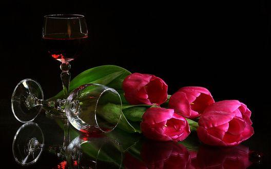 Обои Розовые тюльпаны бокалы с вином