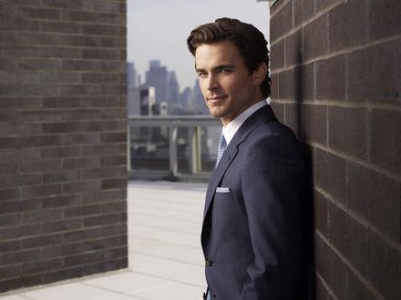 Обои Актер Мэтт Бомер / Matt Bomer в деловом костюме стоит у стены здания