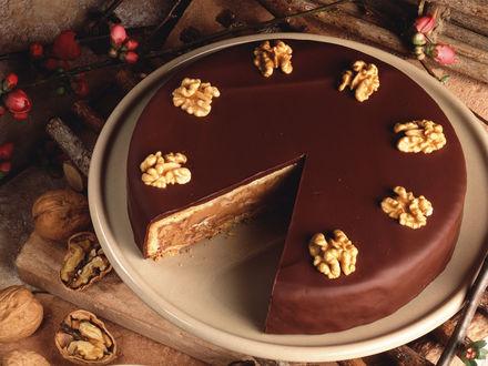 Обои Шоколадный торт с грецкими орехами