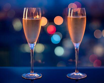 Обои Два хрустальных бокала с шампанским