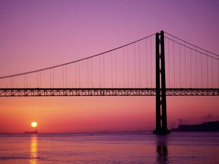 Обои Ажурный мост, вдали заходящее солнце