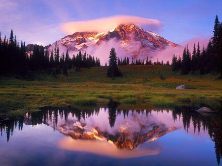 Обои В тихом зеркале маленького озерца отражается красивая вершина горы