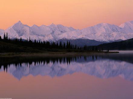 Обои В озере отражаются деревья и горы