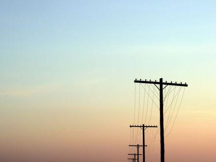 Обои Телеграфные столбы уходят цепочкой вдаль