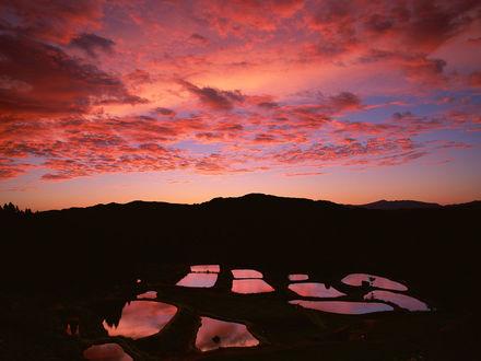 Обои Небольшие озерца в тундре под розовым небом