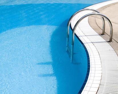 Обои Лестница спускается в бассейн с прозрачной водой