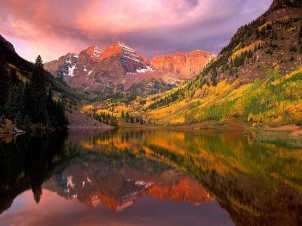 Обои Красивое озеро в долине, в котором отражаются окружающие горы и леса