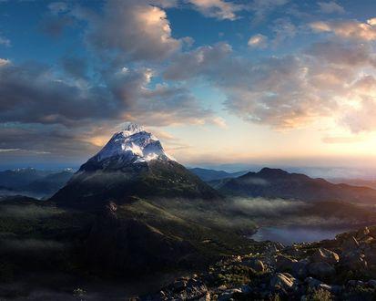 Обои Вид заснеженной горы рядом с озером в облачную погоду на рассвете дня