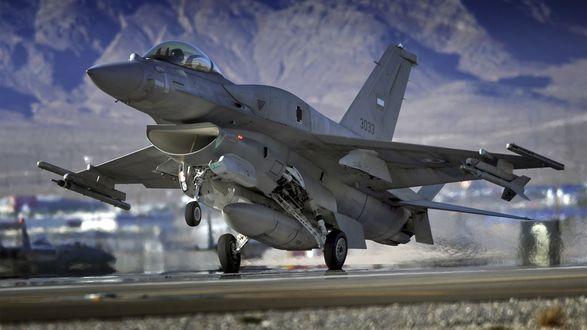 Обои F16 Falcon отрывается от земли