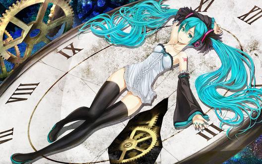 Обои Вокалоид Хатсуне Мику / Hatsune Miku лежит на циферблате