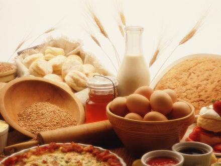 Обои Стол с выпечкой и продуктами: молоко, яйца, зерно, мед, джем