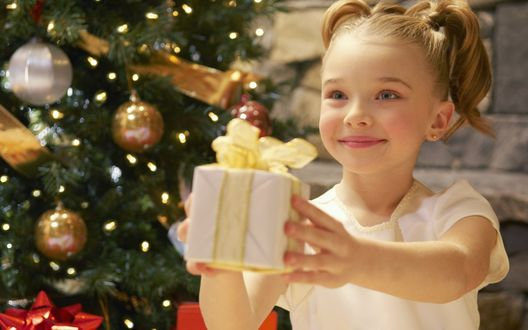 Обои Девочка с подарком на Новый Год