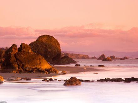 Обои Любопытный турист прогуливается по морской отмели, любуясь на красоты природы