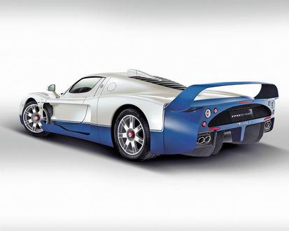 Обои Спортивная машина Maserati MC12 бело синего цвета стоит на белом фоне