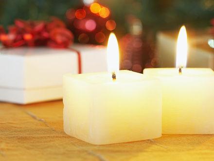 Обои Свечи и новогодние подарки на заднем плане