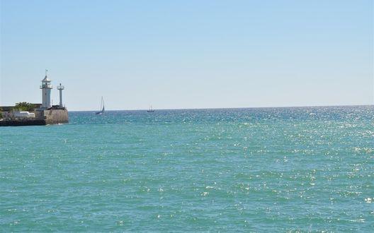 Обои Маяк в порту Ялты (Украина) на фоне лазурного моря