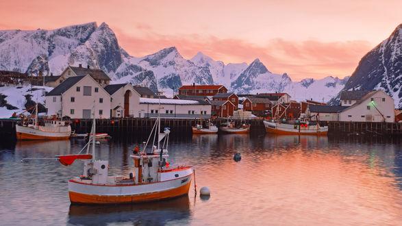 Обои Небольшой городок у подножья снежных гор в Норвегии / Norway