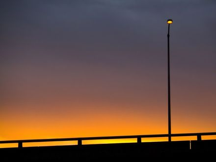 Обои Одинокий фонарь на мосту в предрассветный час