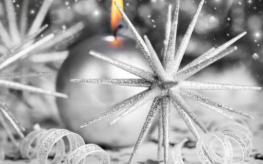 Обои Серебрянная новогодняя свеча и звездочка среди серебрянных ленточек