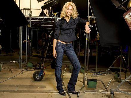 Обои Актриса Джессика Альба / Jessica Аlba - блондинка на съемочной площадке