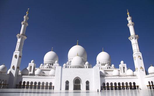 Обои Мечеть белого цвета в Абу-Даби, ОАЭ