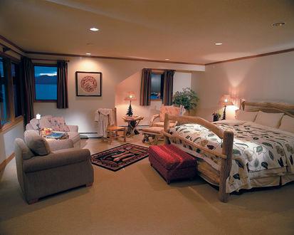 Обои Уютный интерьер спальни в стиле горного шале с элементами из цельного дерева