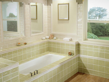 Обои Интерьер ванной комнаты в зеленых тонах с окном, выходящим в сад