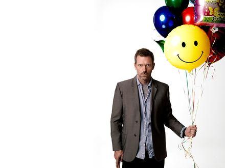 Обои Доктор Грегори Хаус / House M.D. (актре Хью Лори / Hugh Laurie) с тростью и веселыми шариками