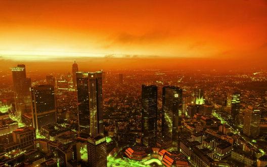 Обои Высотные здания под пылающим огнем небом