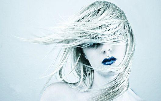 Обои Развивающиеся волосы блондинки с синими губами