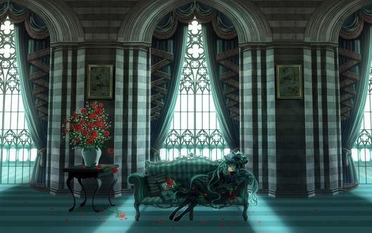 Обои Вокалоид Мику Хатсуне лежит на диване в роскошной комнате, рядом стоит ваза с букетом роз