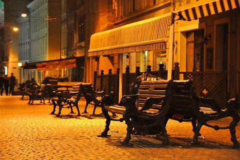 Обои Ночная улица со скамейками и кафе, Львов, Украина