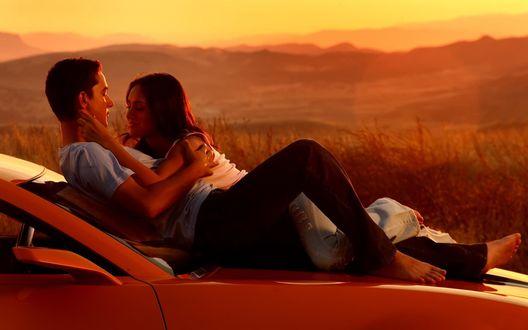 Обои Шайа Лабаф / Shia LaBeouf и Меган Фокс / Megan Fox, кадр из фильма 'Трансформеры / Transformers'