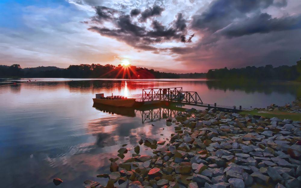 Обои для рабочего стола Ранее утро, маленькая пристань, к ней причалена лодка, из-за леса поднимается солнце