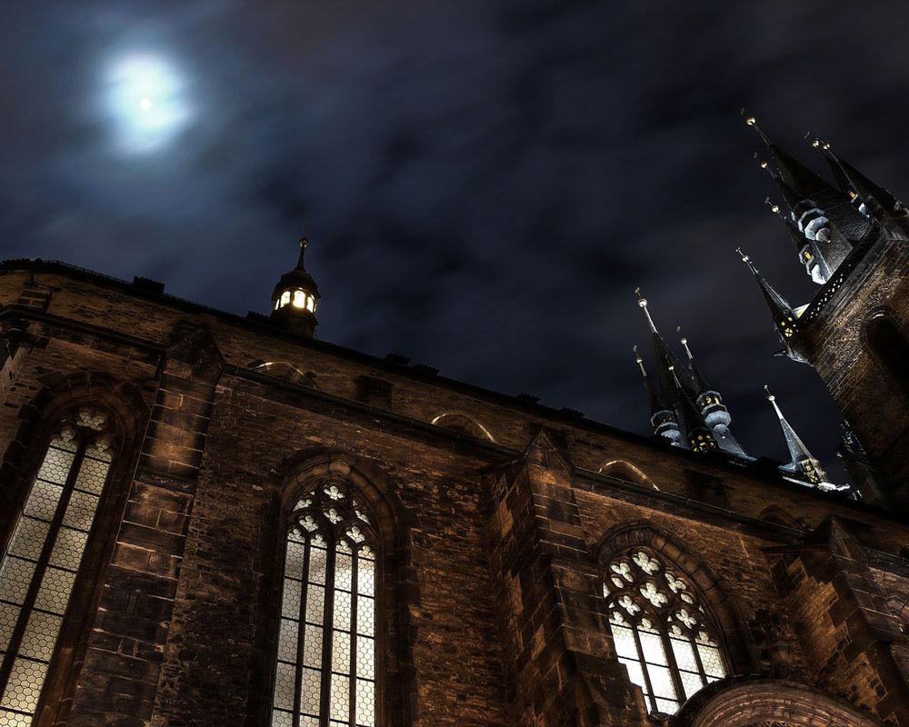 Обои для рабочего стола Храм Девы Марии перед Тыном / Kostel Panny Marie pred Tynem ночью в свете луна, Прага, Чешская республика