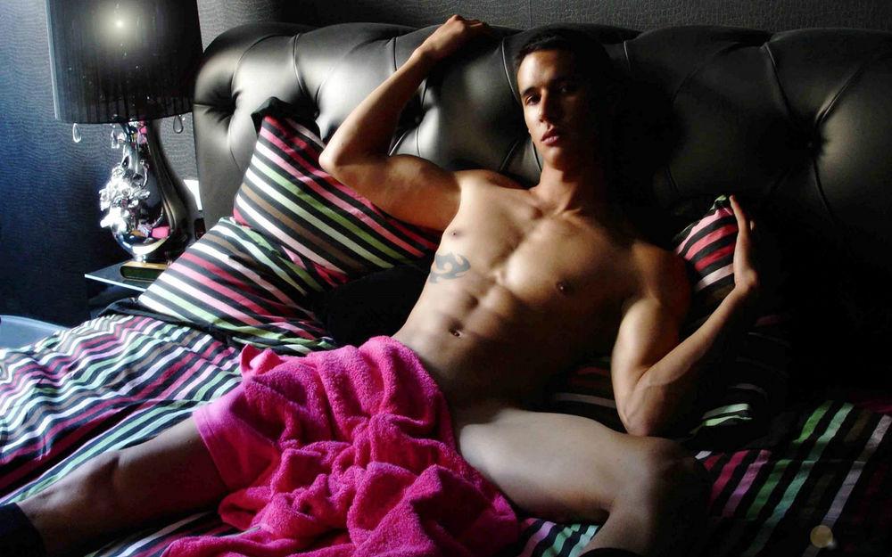 Голый с розовым полотенцем фото 700-76