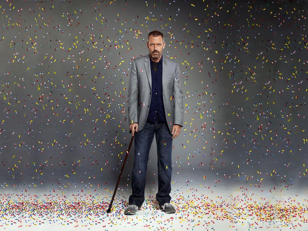 Обои для рабочего стола Доктор Грегори Хаус / House M.D. (актер Хью Лори / Hugh Laurie) с тростью под дождем из конфети