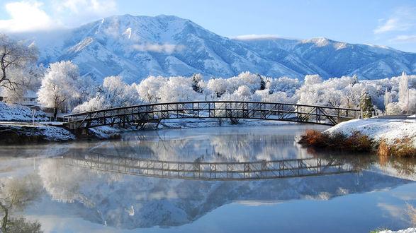 Обои Красивые деревья усыпанные снегом и длинный мост на фоне гор