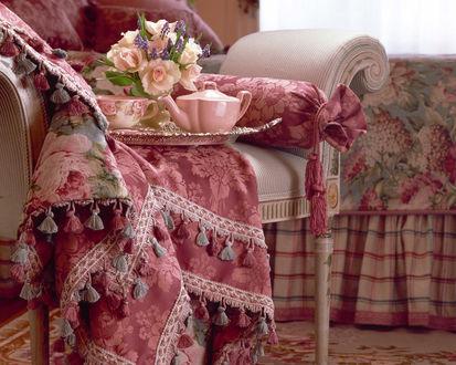 Обои Изыснканный интерьер в розовом цвете - чайник и чашка на подносе с цветами на красивом кресле