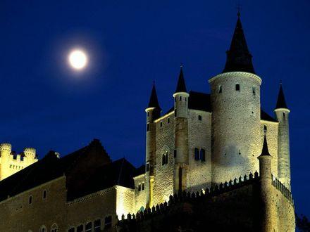 Обои Замок Алькасар в Сеговии / Alcбzar de Segovia на горе ночью в свете луны, Испания