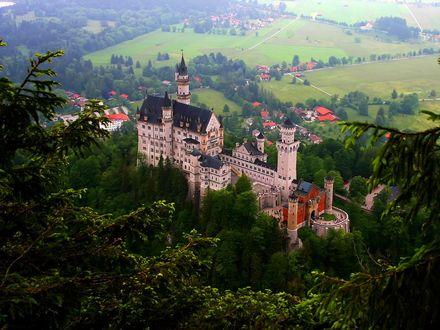 Обои Замок Нойшванштайн / Schlob Neuschwanstein около городка Фюссен в юго-западной Баварии, Германия