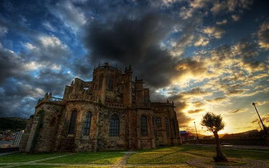 Обои Мистический старый замок на фоне облачного неба (HDR эффект)