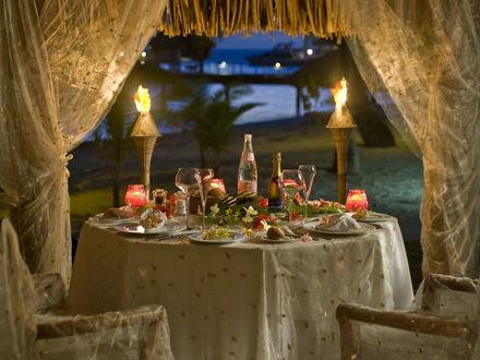 Обои Стол, накрытый на пляже, для романтического ужина для двоих