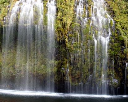 Обои Водопад стекает вниз по заросшей скале