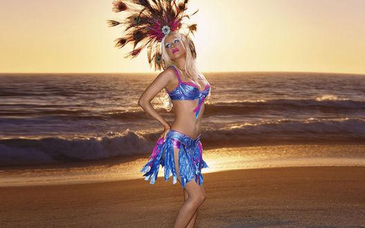 Обои Певица Кристина Агилера / Christina Aguilera на пляже на закате с перьями на голове (реклама Pepsi)