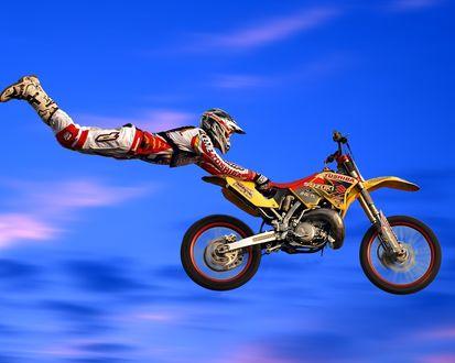 Обои Мотогонщик в прыжке с мотоциклом Сузуки / Suzuki