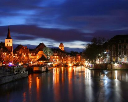 Обои Вечерний вид на реку Иль / Ill и город Страсбург / Strasbourg, Франция